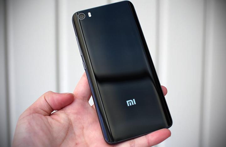 Обзор Xiaomi Mi5 32GB Black заднее стекло